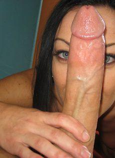 Насаживается на огромный пенис влагалищной дырочкой - фото #