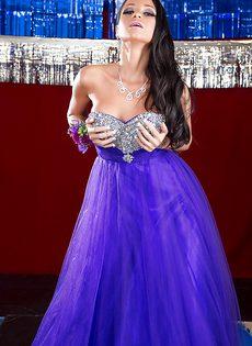 Очаровательная брюнетка с красивой грудью в фиолетовом платье - фото #