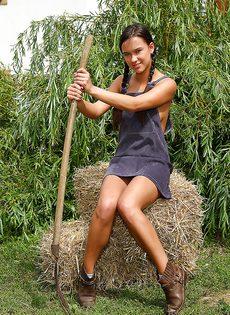 Увлекательная мастурбация молодой сельской девушки - фото #