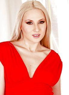 Гламурная блондинка запихивает игрушку между ножек - фото #