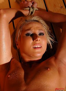 Связанная красавица парится в сауне - фото #