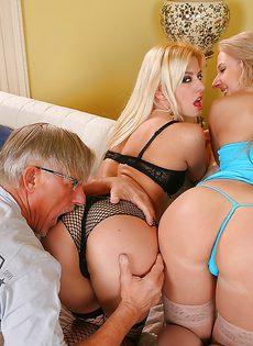 Зрелому мужику нужно удовлетворить двух жопастых девушек - фото #11