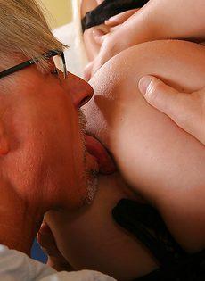 Зрелому мужику нужно удовлетворить двух жопастых девушек - фото #16