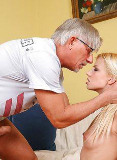 Мужчина имеет в ротик молоденькую блондинку - фото #