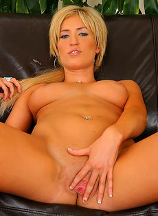 Блондинка решила похвастаться своими упругими сиськами - фото #