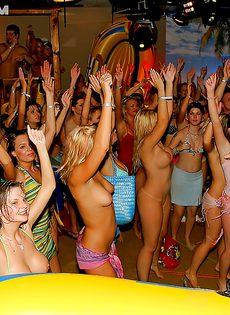 Оргия с пьяненькими телочками на вечеринке в клубе - фото #