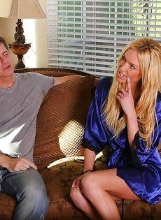 Блондинка в душе удовлетворила своего мужика - фото #