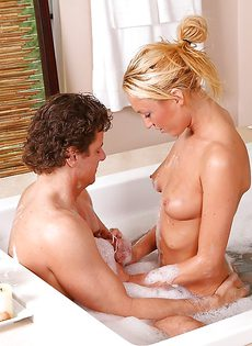 Красивая блондинка удовлетворила мужика в ванной комнате - фото #