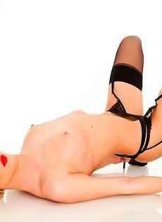 Эротика от длинноногой блондинистой девушки в чулочках - фото #