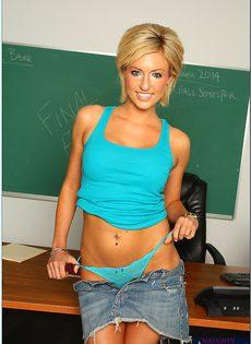Соло улыбчивой молодой студентки в классе - фото #