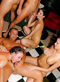 Групповое европейское порно прямо на вечеринке - фото #