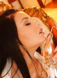 Сексапильная брюнетка решила показать обнаженное тело - фото #