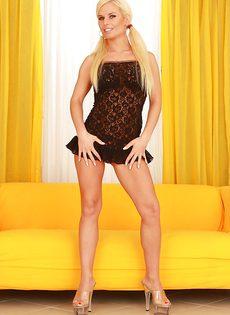 У сиськастой блондинки волосатая дырка между ног - фото #