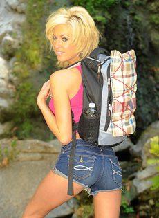 Тощая блондинистая девушка разделась на природе - фото #