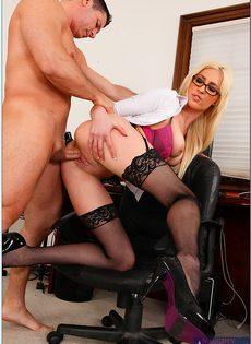 В офисе женственная блондинка в чулках расслабилась по полной - фото #