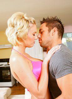Оральный секс красивого парня и белокурой чертовки - фото #