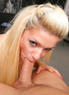 Смачный минет от длинноволосой блондиночки - фото #