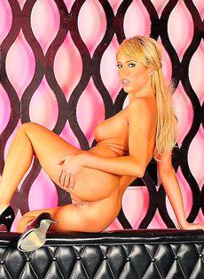 Страстная блондинка демонстрирует обнаженное тело - фото #
