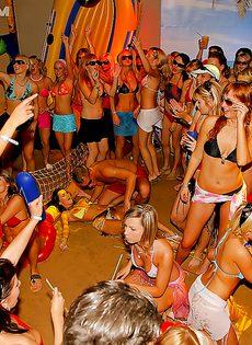 Летняя вечеринка закончилась массовой групповушкой - фото #