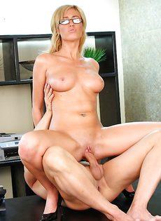 Начальника удовлетворила секретарша в очках - фото #