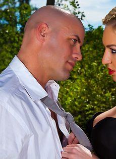 Секс на природе лысого парня и гламурной блондинки - фото #