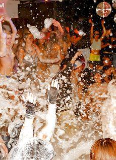 Получилась отличная пенная вечеринка в клубе - фото #