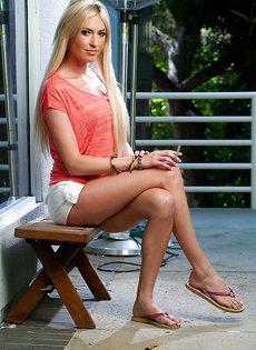 Стройная блондинка с гладко выбритой киской - фото #