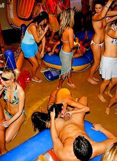 Вечеринка превратилась в незабываемое групповое порно - фото #