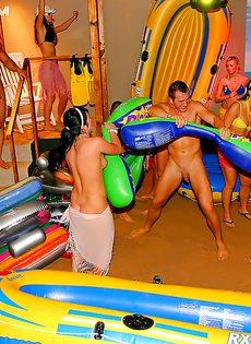 Массовая оргия с развратницами произошла на вечеринке - фото #