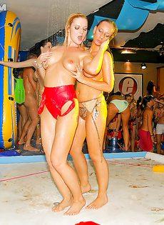 Студенткам предложили заняться групповым сексом на тусовке - фото #