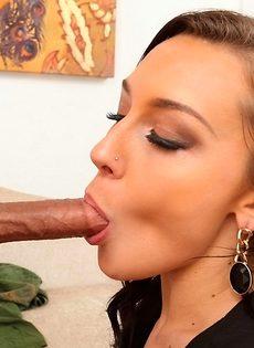 Горячий минет в исполнении сексуальной брюнетки - фото #