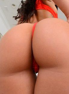 Красавица с обвисшими сиськами в красных чулках - фото #