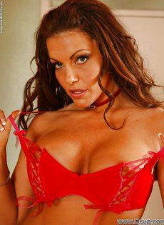 Сексуально снимает с себя трусики красотка Victoria Valentino - фото #