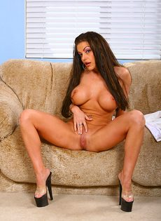 Брюнетистая медсестра и ее большая силиконовая грудь - фото #