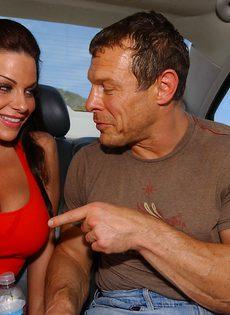 Сиськастая сучка в возрасте сосет пенис в автомобиле - фото #