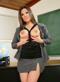 Похотливая преподавательница с упругими сиськами большого размера - фото #