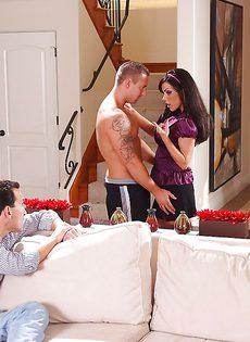 Горячее половое сношение с латинкой на диване - фото #