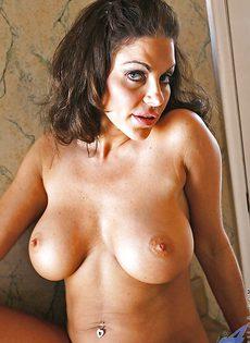 Брюнетка с большой грудью расставляет ноги и показывает киску - фото #