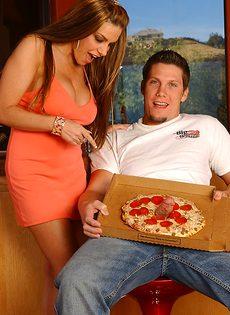 Разносчик пиццы отодрал зрелую похотливую сучку - фото #