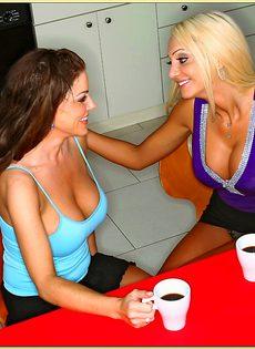 Совокупление в разных позах с брюнеточкой и блондиночкой - фото #
