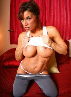 Жаркая женщина с очень большими дойками - фото #