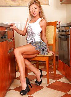 Сладострастная блондинка запихивает подручные предметы в дырки - фото #