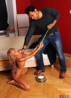 Негр хочет разработать анальную дырочку миниатюрной блондинки - фото #