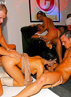 Увлекательная групповушка с бухими девицами состоялась в клубе - фото #