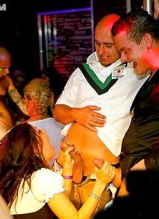 Дискотека с участием пьяных легкодоступных девушек - фото #