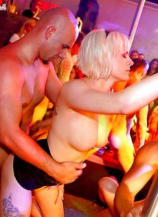 Горячий трах обворожительных телочек на вечеринке - фото #