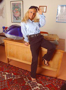 После работы блондинка решила немножко расслабиться - фото #