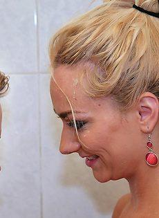Две сексапильные блондинки принимают душ вместе - фото #
