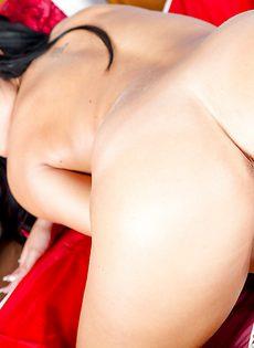 Большие сиськи и гладенькая киска симпатичной девушки - фото #