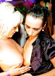 Разврат с бухими девушками в ночном заведении - фото #